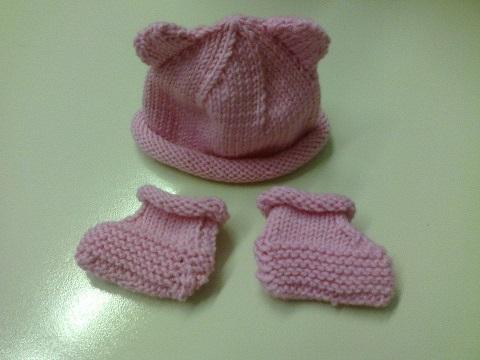 cappellini e scarpine per i bambini ricoverati in incubatrice