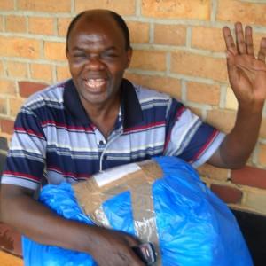 Padre Jò che riceve il pacco con i nostri lavoretti
