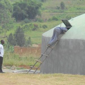 Don Mansueto che controlla la cisterna dell'acqua